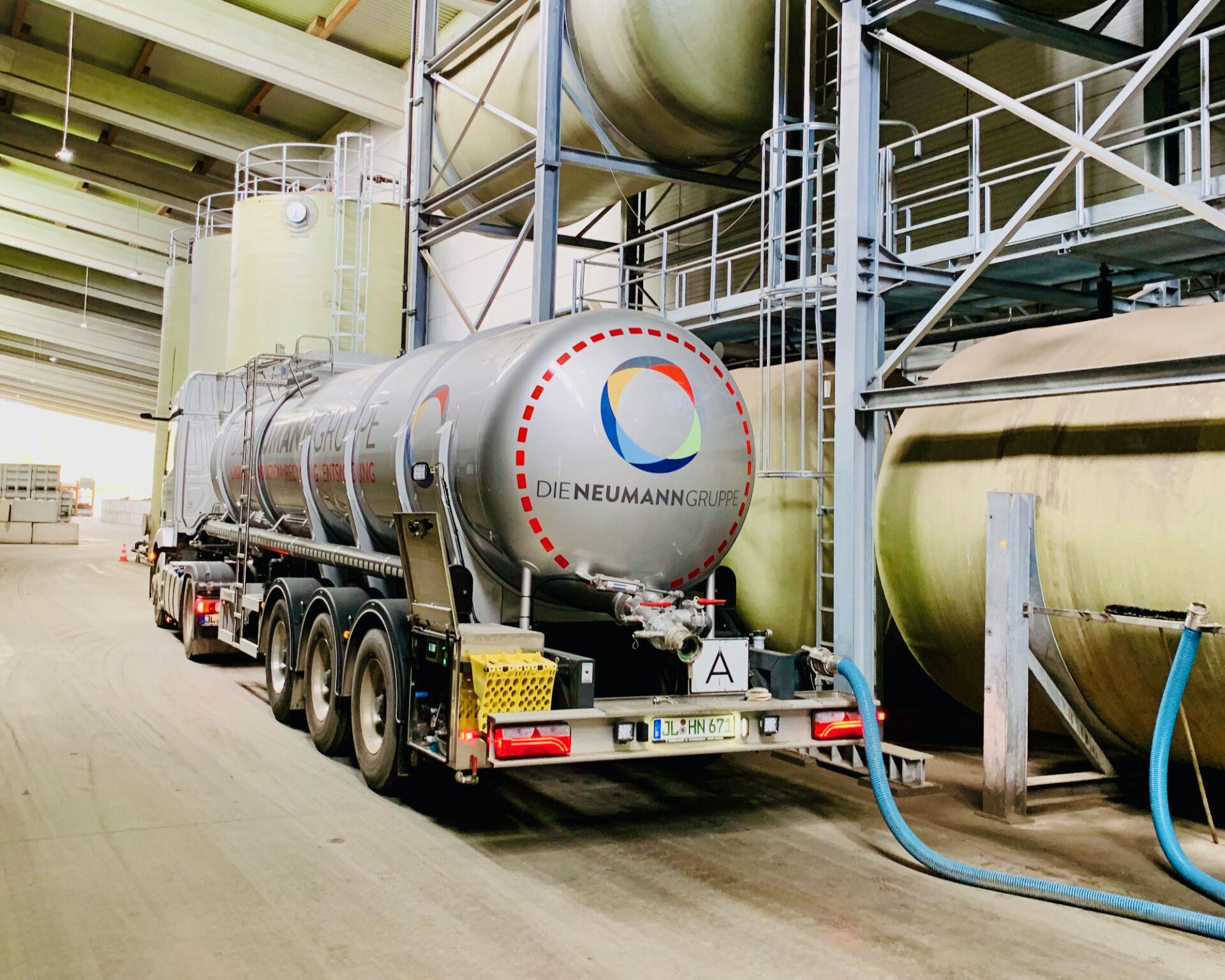 Abpumpen des Konzentrats mit firmeneigenen Tankzügen der Neumann Gruppe